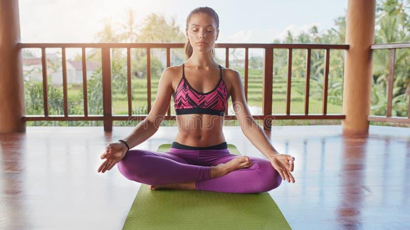 Dysponowany młodej kobiety medytować zdjęcie royalty free