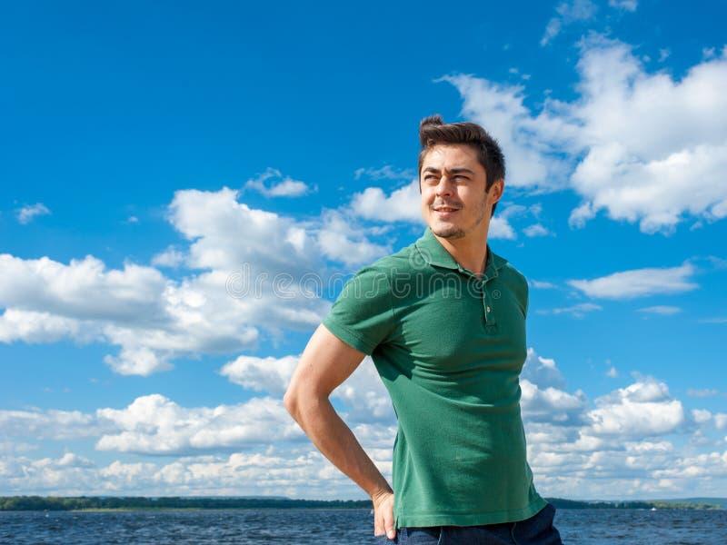 Dysponowany młody człowiek cieszy się czas przy plażą zdjęcie royalty free