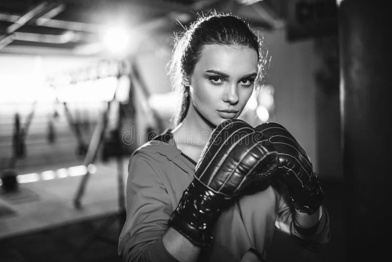 Dysponowany szczupły młody piękny brunetki kobiety boks w sportswear Zmroku ciemnawy światło zdjęcie stock