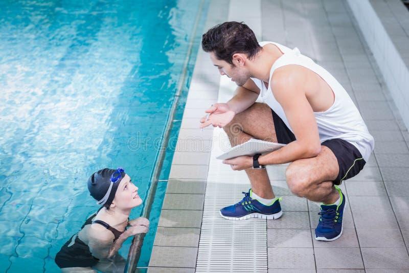 Dysponowany trener opowiada pływaczka obraz royalty free