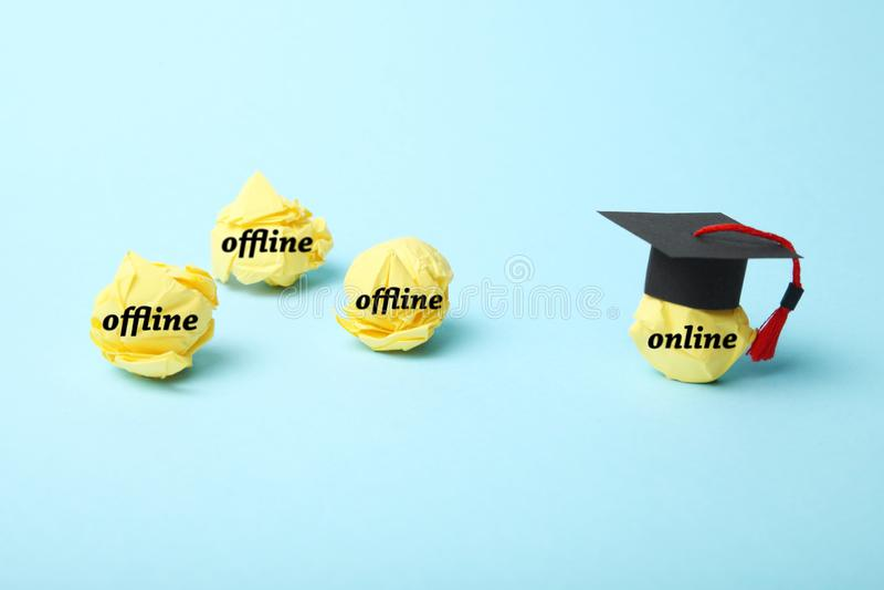 Dystansowa i daleka edukacja w internecie Online edukaci poj?cie Nauczanie online zdjęcia stock
