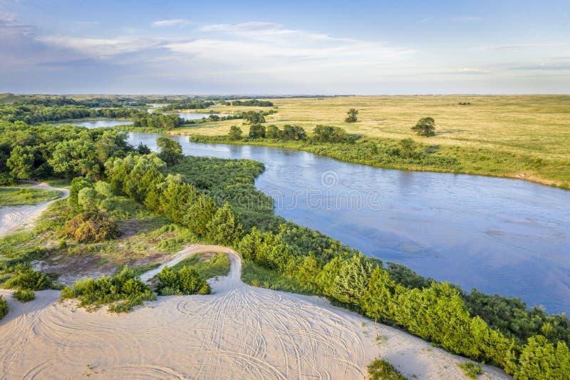 Dyster flod som slingrar ho Nebraska Sandhills royaltyfri bild