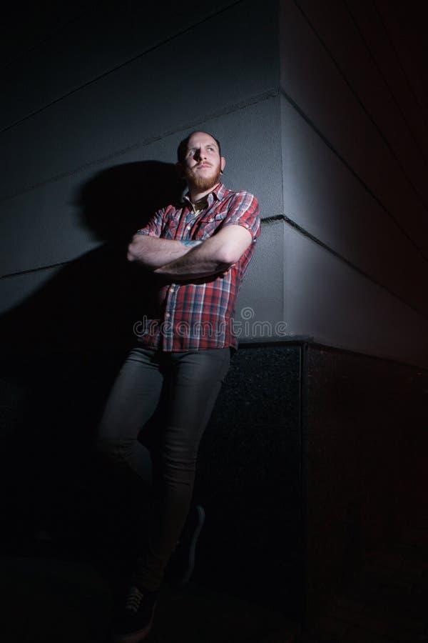 Dyster hipsterman utomhus Ungdomuteliv arkivbild