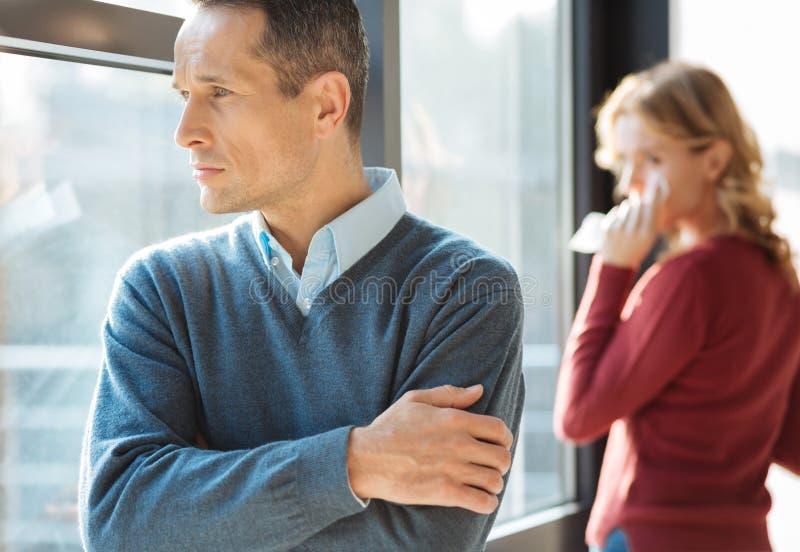 Dyster olycklig man som har en gräla med hans fru arkivbild