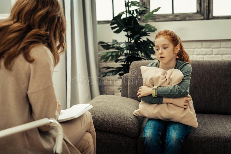 Dyster dyster ung flicka som genomgår psykologisk behandling arkivbild