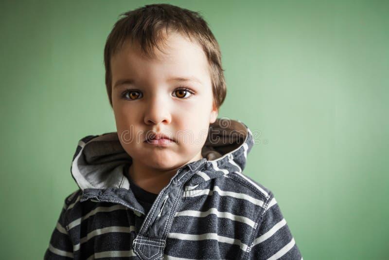 Dystra gulliga händer för barnpojkeinnehav i fack arkivbild