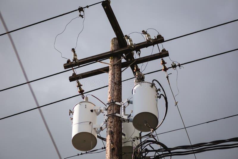 Dystrybucj linie energetyczne i transformatory obraz stock