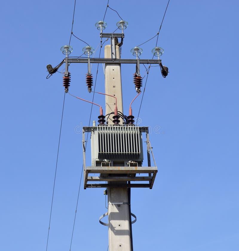 Dystrybucja transformator na słupie zdjęcie stock