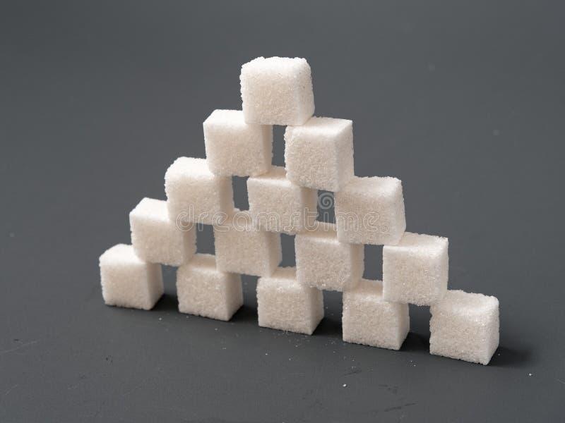 Dystyngowana cukrowa gomółka na szarym tle tak obraz royalty free