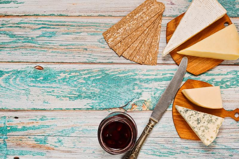 Dystyngowana zakąska - rozmaitość ser z dżemem zdjęcie royalty free