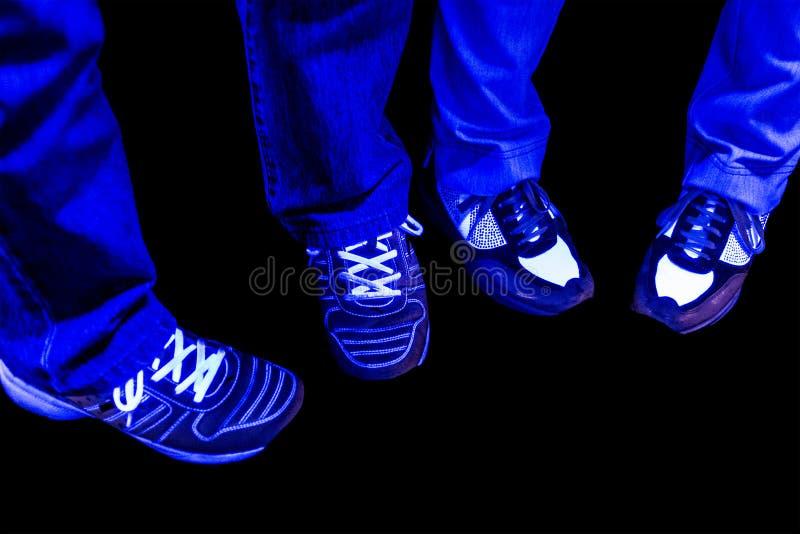 Dyszy cajgi i buty z czerni światłem zdjęcia stock