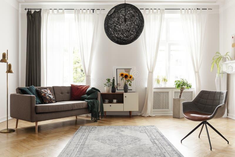 Dywanik między karłem i leżanką w żywym izbowym wnętrzu z okno i słonecznikami Istna fotografia zdjęcie royalty free