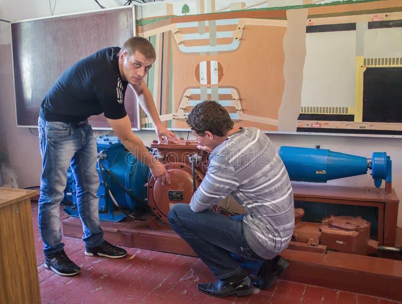 Dzerzhinsk Ukraina - September 14, 2012: Student och lärare på den tekniska högskolan arkivfoton