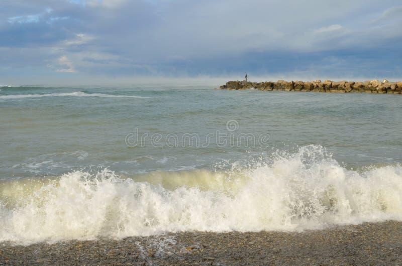 Dzhubga Η εποχή παραλιών τελειώνει Απόμερος θαυμασμός αριθμού από τη θάλασσα πρωινού αποβαθρών στοκ εικόνες