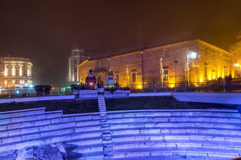 Dzhumaya清真寺、罗马体育场和圣诞节装饰在市普罗夫迪夫,保加利亚 库存照片