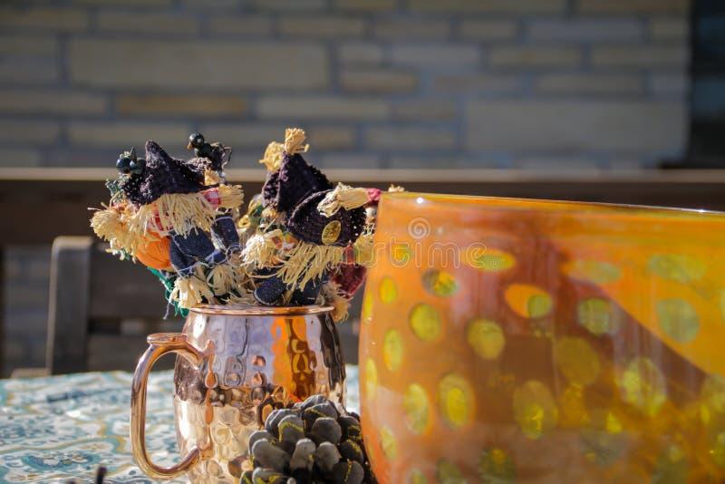Dziękczynienie Stołowa dekoracja - strachy na wróble w kubku obrazy royalty free