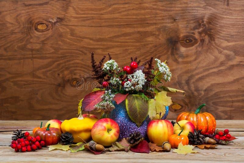 Dziękczynienia centerpiece z czerwonymi jagodami, biali kwiaty w purp fotografia royalty free