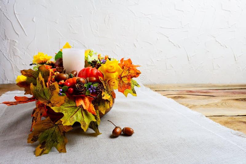 Dziękczynienia centerpiece z dekorującą świeczką i jedwabniczym spadku lea zdjęcie royalty free