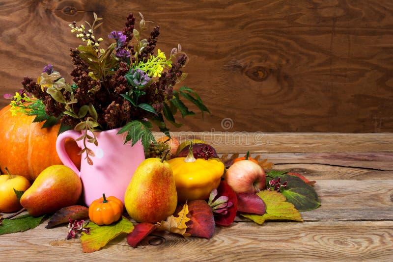 Dziękczynienia centerpiece z dzikimi kwiatami i trawą w menchii jamie obraz stock
