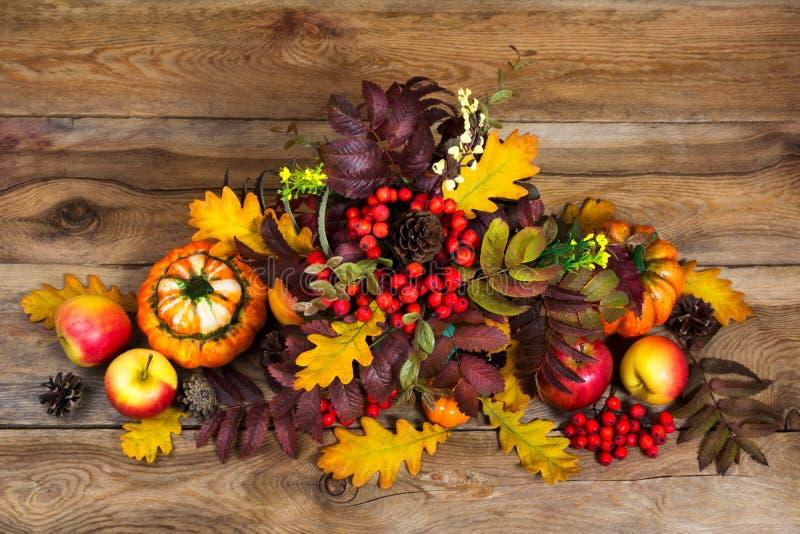 Dziękczynienia centerpiece z jagod, rowan i dębu liśćmi, obraz stock