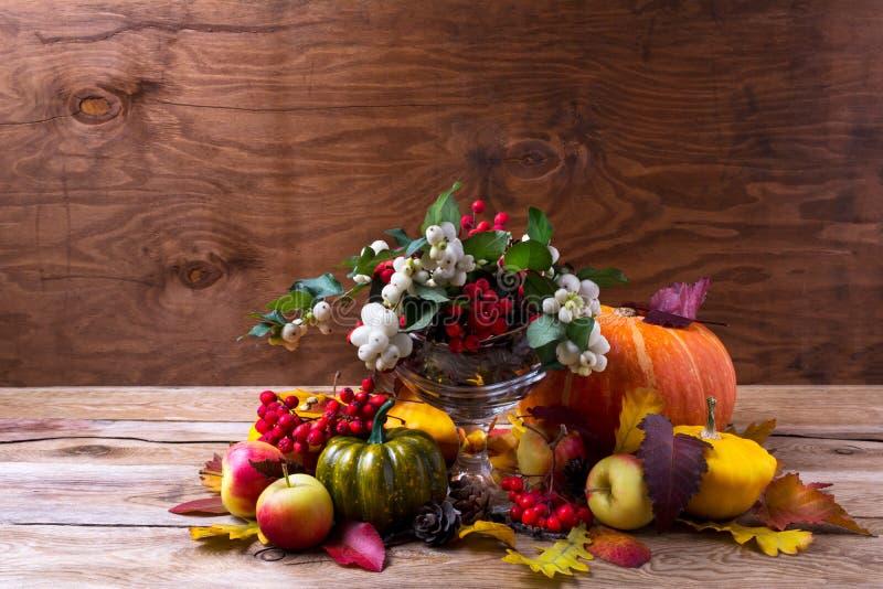 Dziękczynienia centerpiece z snowberry i rowan jagodami w gla zdjęcia royalty free