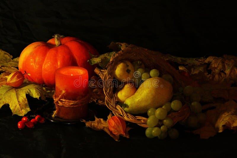Dziękczynienia lub żniwa cornucopia tło na czarnym tle obrazy stock