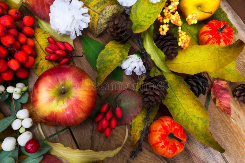 Dziękczynienia stołowy centerpiece z jabłkiem, liśćmi i białym jedwabiem, obrazy royalty free