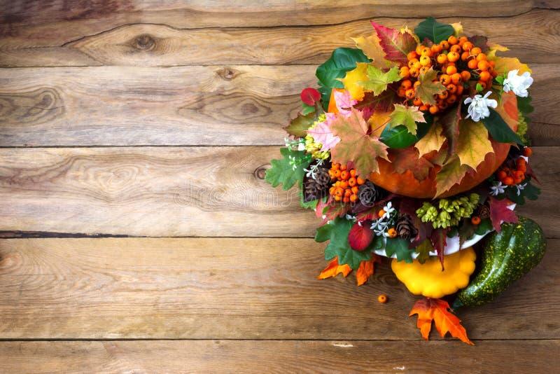 Dziękczynienia stołowy centerpiece z jesień liśćmi na wieśniaku zdjęcia royalty free