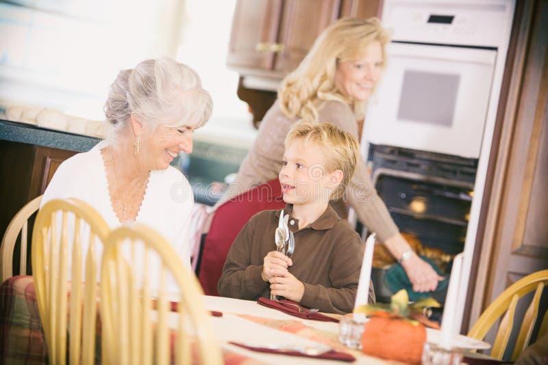Dziękczynienie: Chłopiec I babcia Ustawia stół obrazy royalty free