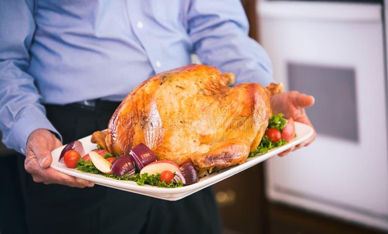 Dziękczynienie: Dziadek dowiezienie pieczeń Turcja Obiadowy stół zdjęcie stock