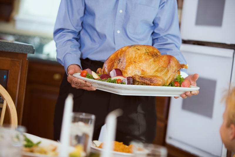 Dziękczynienie: Pieczony Turcja Przynoszący stół Na półmisku zdjęcia stock
