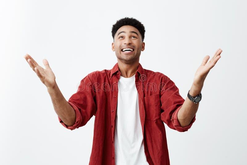 Dzięki bóg Zakończenie up szczęśliwy młody atrakcyjny skinned mężczyzna z afro ostrzyżeniem w przypadkowym modnym stroju zdjęcia stock