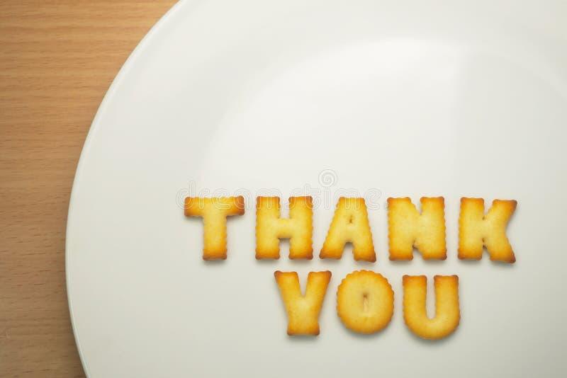 Dziękuje ciebie formułować od abecadeł ciastek na bielu talerzu zdjęcie royalty free