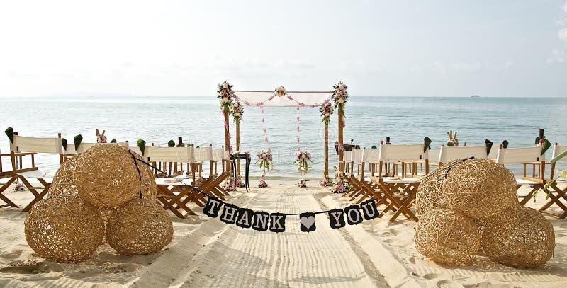 Dziękuje ciebie formułuje sztandar przy pięknymi plażowego ślubu ustawiania krzesłami obraz stock