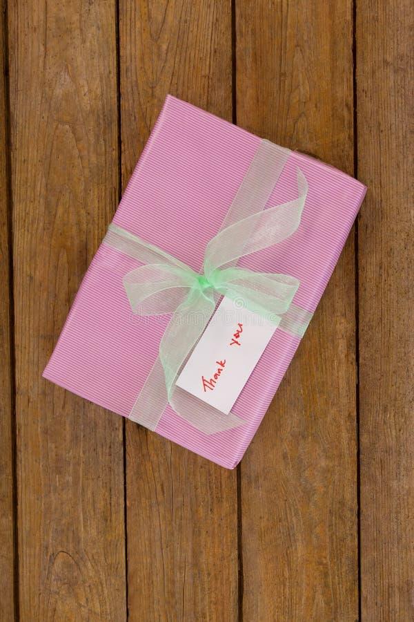 Dziękuje ciebie karcianego z prezenta pudełkiem na stole zdjęcie stock