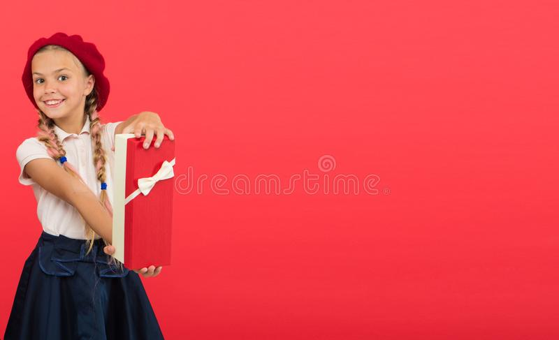 Dziękuje ciebie tak dużo Wszystkiego najlepszego z okazji urodzin pojęcie Dziewczyna dzieciaka chwyta urodzinowego prezenta pudeł zdjęcie royalty free