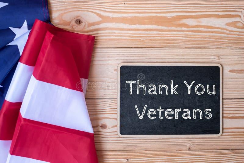 Dziękuje Ciebie weterana tekst pisać w chalkboard z flaga Stany Zjednoczone Ameryka na drewnianym tle fotografia royalty free