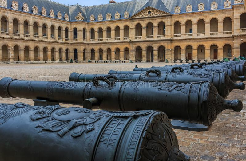 Działa przy Les Invalides muzealnym kompleksem w Paryż, Francja miejsce pochówku dla Francja wojennych bohaterów i cesarza Napole zdjęcia royalty free