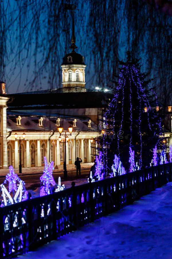 Działa podwórze pod nowego roku ` s królowaniem na terytorium Kazan Kremlin przy nocą fotografia stock