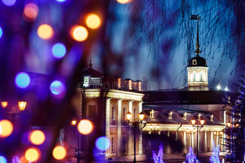 Działa podwórze pod nowego roku ` s królowaniem na terytorium Kazan Kremlin przy nocą zdjęcie stock