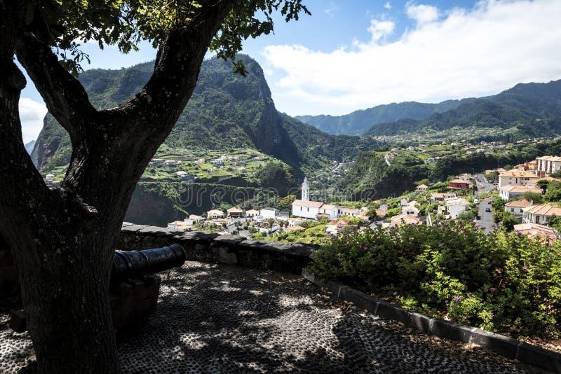 Działa przy punktem widzenia nad Faial i skałą Penha De à  orła lub guia, madera, Portugalia zdjęcie royalty free