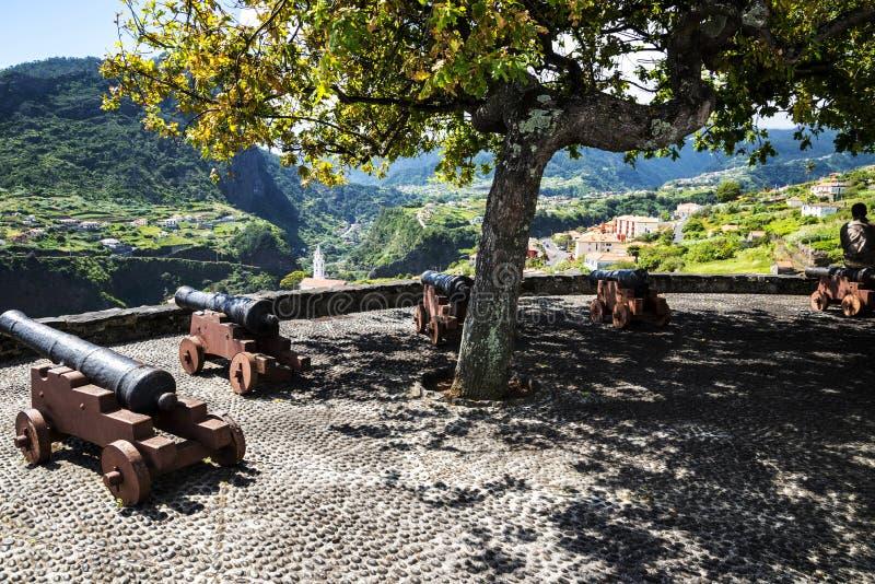 Działa przy punktem widzenia nad Faial i skałą Penha De à  orła lub guia, madera, Portugalia obrazy royalty free