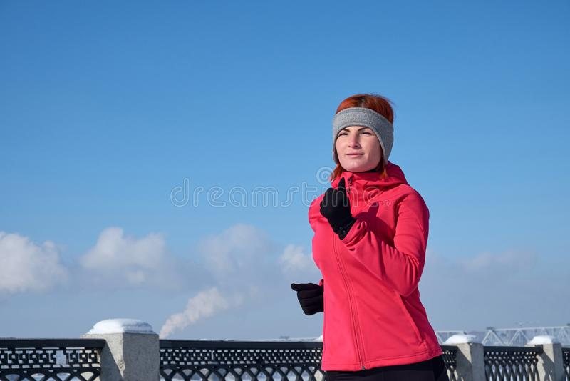Działająca atlety kobieta target957_0_ podczas zima stażowego outside w zimna śniegu pogodzie Zamyka w górę pokazywać prędkość i  obrazy royalty free