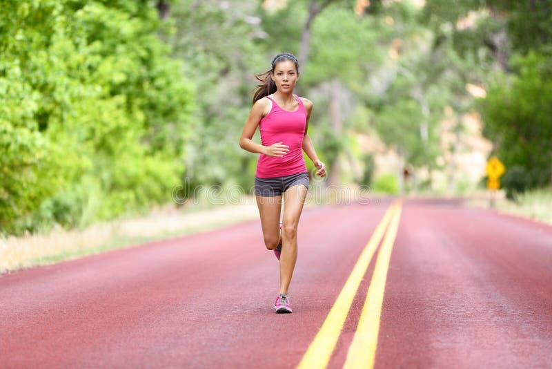 Działająca dysponowana kobieta - żeński biegacza szkolenie fotografia royalty free
