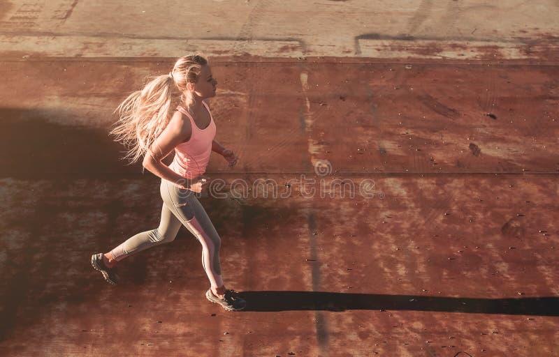 Działająca dziewczyna na ulicie obrazy royalty free