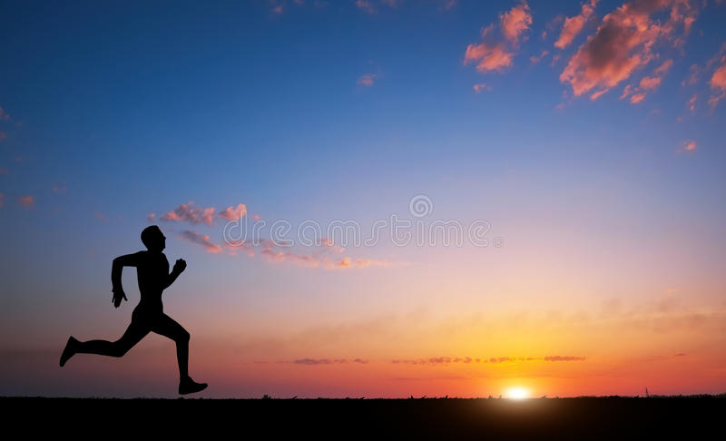 Działająca mężczyzna sylwetka w zmierzchu czasie Sporta i aktywnego życia przeciw obrazy stock