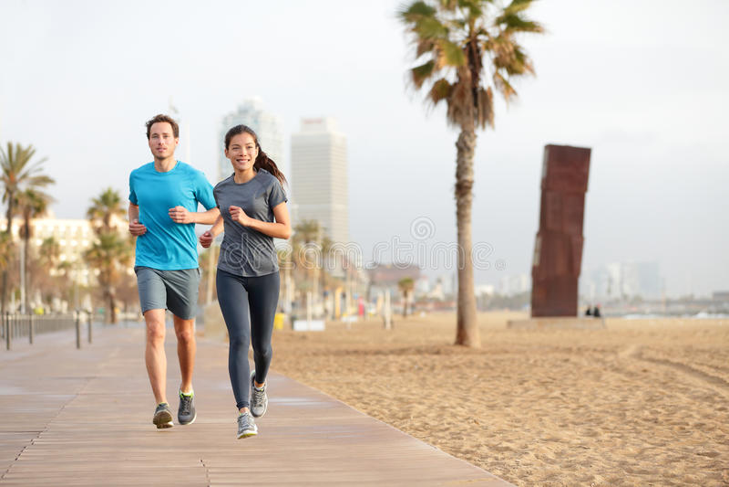Działająca para jogging Barcelona plażę Barceloneta zdjęcia royalty free