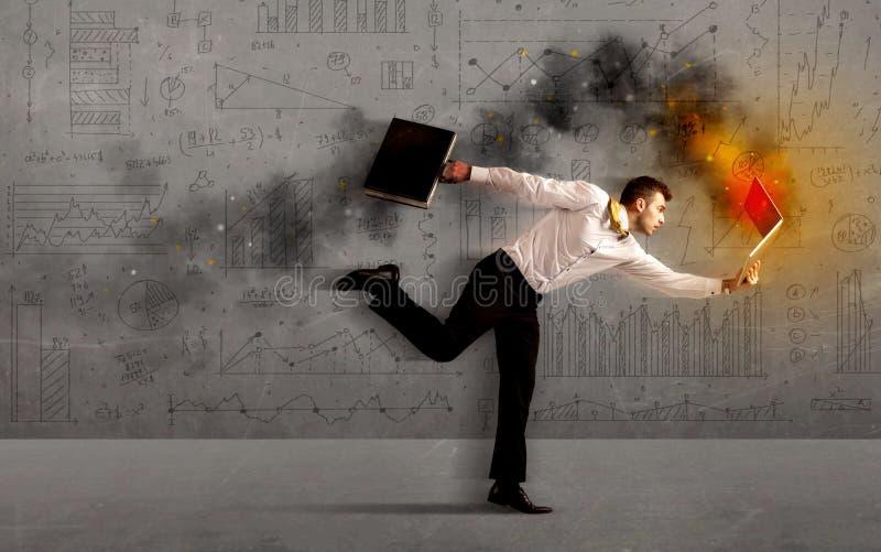Działający biznesowy mężczyzna z pożarniczym laptopem obrazy royalty free