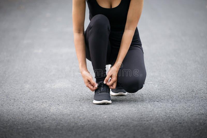 Działający buty, Bosi działający buty zbliżenie, biegacz próbuje działających buty dostaje przygotowywający dla bieg Zdrowy Styl  obrazy stock