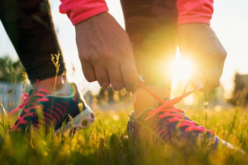 Działający buty - kobieta wiąże obuwiane koronki zdjęcie stock